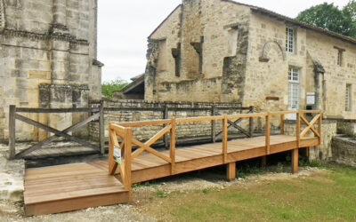 Success Story – Fabrication et pose d'une passerelle en bois exotique à l'Abbaye de Saint-Amant-de-Boixe
